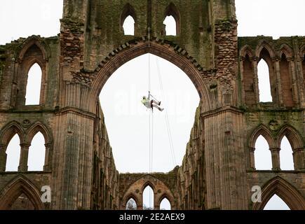 Stoneemason James Preston de SSH Conservation, abseils de Rievaulx Abbey en North Yorkshire como el Patrimonio Inglés se prepara para llevar a cabo un trabajo vital de conservación. El Patrimonio Inglés comisiona una encuesta en la Abadía de Rievaulx en un ciclo de cinco años para evaluar la condición de la abadía desde el nivel del suelo hasta la parte superior de la estructura.