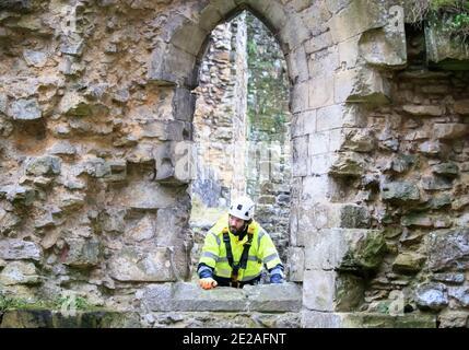 El masón de piedra James Preston de SSH Conservation, examina la Abadía de Rievaulx en North Yorkshire mientras el Patrimonio Inglés se prepara para llevar a cabo un trabajo vital de conservación. El Patrimonio Inglés comisiona una encuesta en la Abadía de Rievaulx en un ciclo de cinco años para evaluar la condición de la abadía desde el nivel del suelo hasta la parte superior de la estructura.
