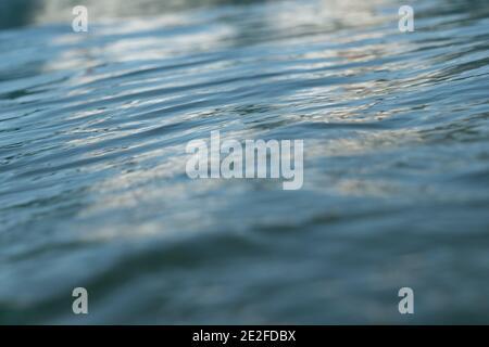 Enfoque superficial de mar, océano, agua, ondulaciones con reflexión. Foto de stock