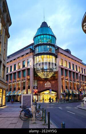 Fachada moderna iluminada del centro comercial 'Schadow-Arkaden' en el centro de Düsseldorf en una tarde de invierno. El centro comercial fue construido en 1994.