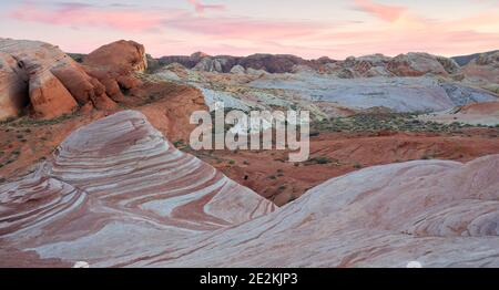 Puesta de sol sobre la formación de piedra arenisca de la ola de fuego