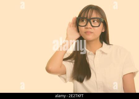 Joven linda adolescente asiática escuchando Foto de stock
