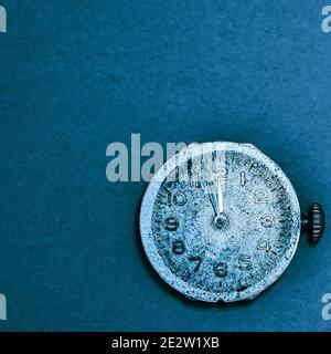 primer plano de relojes clásicos sobre fondo vacío. el reloj muestra tres minutos hasta la medianoche. el nuevo concepto de día que viene. con copyspace para el texto.