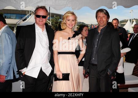 Stellan Skarsgard, Helena Mattsson y Mads Mikkelsen asistieron a la fiesta de pre-proyección 'Moomins and the Comet Chase' en Harle Yacht durante el 63º Festival Anual de Cine de Cannes en Cannes, Francia, el 14 de mayo de 2010. Foto de Nicolas Briquet/ABACAPRESS.COM