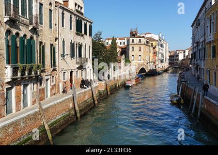 La gente camina por la Fondamenta Briati, junto al canal río del Carmini, en el sestiere de Dorsoduro, Venecia, Italia