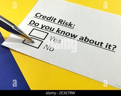 Una persona está respondiendo a una pregunta sobre el riesgo de crédito.