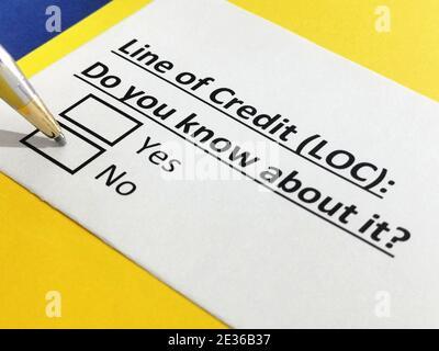 Una persona está respondiendo a la pregunta sobre la línea de crédito.