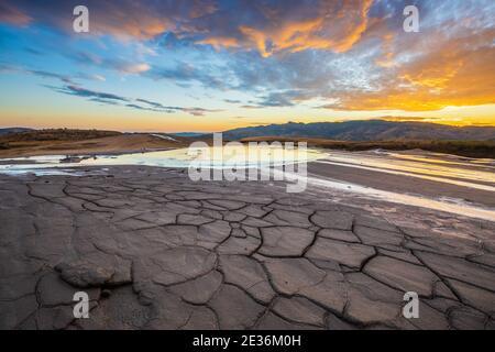 Volcanes fangosos, Rumania. Volcanes de barro del condado de Buzau al atardecer. Foto de stock