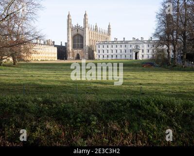 Las espaldas en Cambridge mostrando la irónica Capilla de Kings College Inglaterra