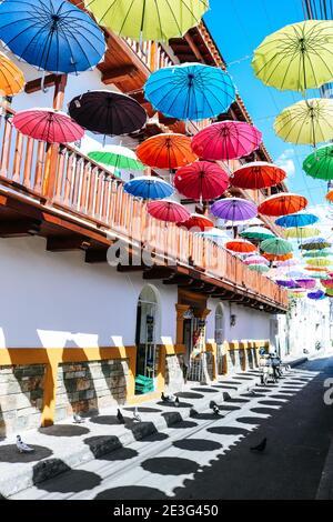 Calle colorida con sombrillas multicolores en la ciudad amurallada de Cartagena, Colombia