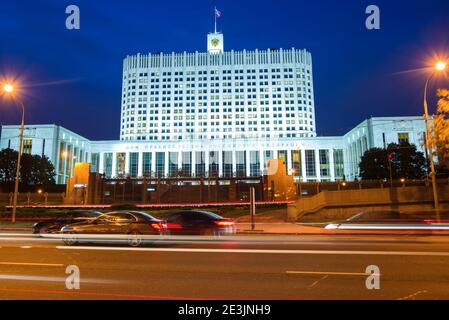 MOSCÚ, RUSIA - 07 DE SEPTIEMBRE de 2016: Vista de la Casa de Gobierno de la Federación Rusa (Casa Blanca) en la noche de septiembre Foto de stock