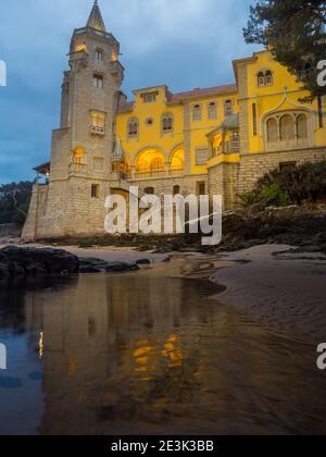 Hermoso edificio del museo - Condes de Castro Guimarães - durante el amanecer con iluminación nocturna, Cascais, Portugal