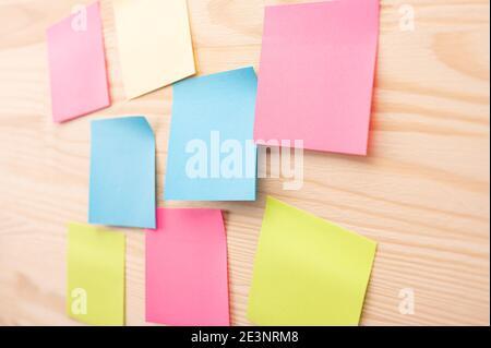 Notas pegajosas y coloridas con cosas que hacer en el tablero de la oficina. Uso del control de tareas de la metodología de desarrollo ágil. Conjunto de notas adhesivas de colores.