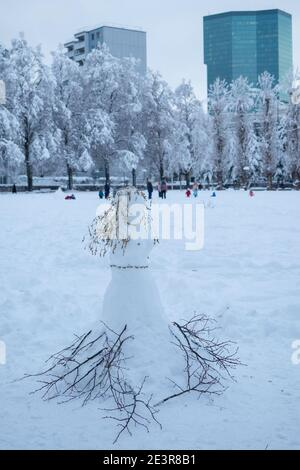 Intensa Nevada en Zurich, Suiza: Una princesa de nieve en el parque Josefwiese Foto de stock
