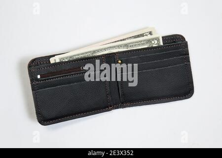 Nueva cartera de cuero con nosotros dólares sobre fondo blanco