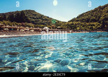 Brillo del agua del mar en el sol - puro agua clara en el adriático