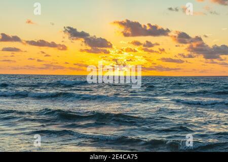 Italia, Cerdeña. Puesta de sol en la playa de Mari Ermi en la costa oeste central de la isla mediterránea. Mari Ermi pertenece a la provincia de Oristano.