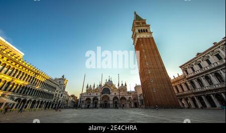 Venecia durante Corona Times sin turistas, fachada San Marco, campanile