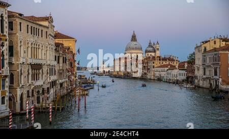 Venecia durante Corona Times sin turistas, vista sobre el Gran Canal a Santa Maria della Salute