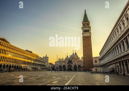 Venecia durante Corona Times sin turistas, vista sobre la Plaza de San Marcos a San Marco y el Campagnile