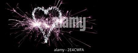 Año Nuevo 2021, sparklers y corazón hecho de luces de hadas