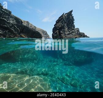 Mar Mediterráneo, escarpada roca y costa rocosa, vista dividida medio sobre y bajo el agua, Cap Cerbere en la frontera entre España y Francia
