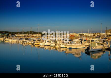 Barbate, Andalucía - 18 de enero de 2021: Vista del puerto deportivo y del puerto de Barbate al atardecer Foto de stock