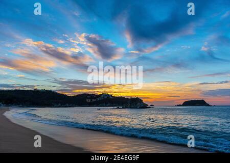 Playa Tangolunda al amanecer, Huatulco, México.