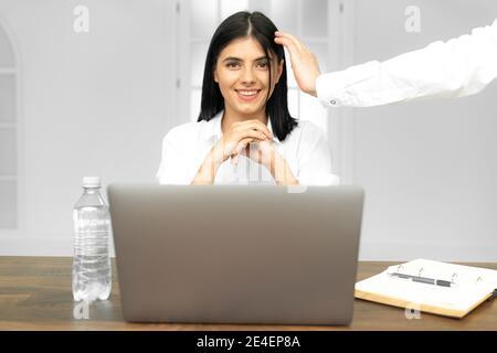 Head shot agradable mujer joven feliz trabajando en la computadora en casa. Atractiva mujer de negocios estudiando en línea, utilizando el software de la computadora portátil, navegar por la web