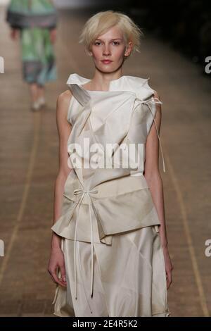 Un modelo muestra una creación del diseñador japonés Dai Fujiwara para Issey Miyake durante el otoño-invierno 2008-2009 Ready-to-Wear colección show en París, Francia el 28 de febrero de 2008. Foto de Java/ABACAPRESS.COM