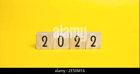 Bloques de madera con la inscripción 2022. Establecer metas y objetivos para el nuevo año. Concepto de planificación, gestión empresarial y estrategia. Tendencias y.