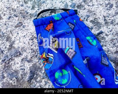 Coloridas máscaras de cara azules para niños en el suelo. Contaminación del virus de la corona. Covid19.