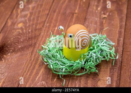 Hágalo usted mismo para los huevos de Pascua, soporte de cartón para los huevos de Pascua en forma de caracoles, instrucciones paso a paso para el papel de bricolaje