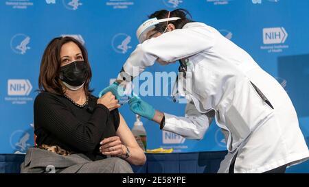 Bethesda, Maryland, EE.UU. 26 de enero de 2021. Kamala Harris, vicepresidenta de EE.UU., recibe su segunda dosis de la vacuna COVID-19 durante una visita a los Institutos nacionales de la Salud el 26 de enero de 2021 en Bethesda, Maryland. Crédito: Planetpix/Alamy Live News