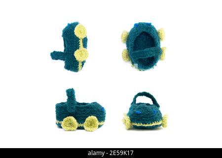Juego de zapatos de punto hechos a mano para niños pequeños. Adorable bebé recién nacido zapatos aislados sobre fondo blanco.
