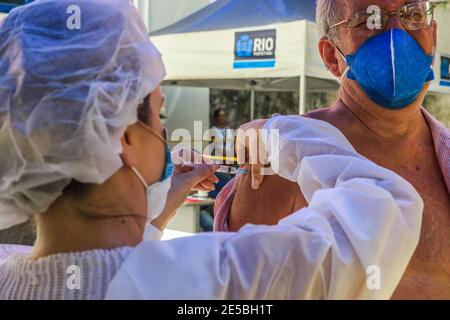 Río de Janeiro, Brasil. 27 de enero de 2021: BRASIL. RÍO DE JANEIRO. COVID-19. El ayuntamiento comienza este miércoles (27), una nueva fase de vacunación contra el covid-19 con las vacunas Oxforf, de AstraZeneca. Los profesionales de la salud y los ancianos son las preferencias en la vacunación que se dan en los puestos de vacunación del ayuntamiento como en la foto, el puesto municipal Dom Helder CÃ mara, Botafogo, zona sur. Crédito: Ellan Lustosa/ZUMA Wire/Alamy Live News