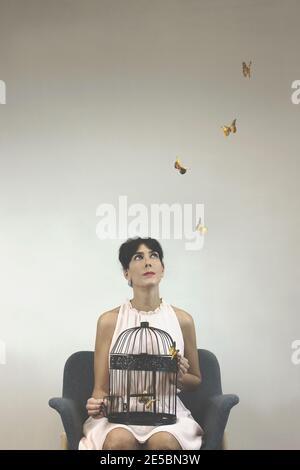 foto conceptual de la libertad con una mujer lanzando arte colorido mariposas de una jaula