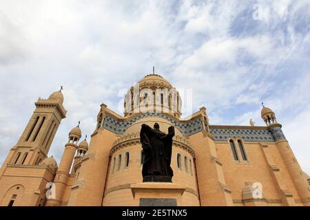 Una vista de la recién restaurada Notre Dame D'Afrique, o nuestra Señora de África, Basílica en Argel 13 de diciembre de 2010. La basílica fue reinaugurada oficialmente el lunes después de un proyecto de restauración de cuatro años financiado parcialmente por la Unión Europea. La iglesia, que se alza sobre un promontorio con vistas al Mar Mediterráneo, fue construida durante el dominio colonial francés en Argelia .REUTERS/Zohra Bensemra (ARGELIA - Tags: SOCIEDAD RELIGIOSA)