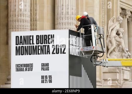 Vista exterior del Museo del Grand Palais en París 9 de mayo de 2012. La exposición 'Excentrrique(s)' del artista conceptual francés Daniel Buren para el evento Monumenta 2012 se abre al público el 10 de mayo de 2012 y se extiende hasta el 21 de junio de 2012. REUTERS/Benoit Tessier (FRANCIA - Tags: SOCIEDAD DEL ENTRETENIMIENTO)