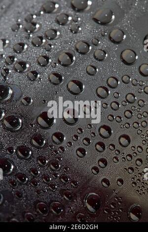 Gotas de agua en botella de plástico macro fondo impresión de alta calidad