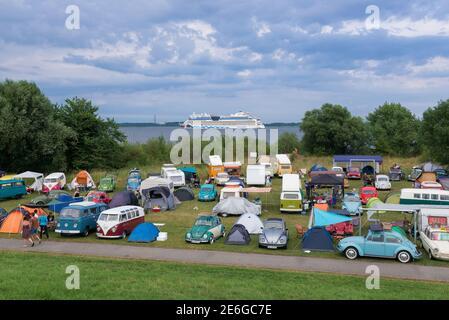 Alemania, Krautsand: Kuestendrive, la reunión para los Volkswagens refrigerados por aire en Krautsand en el río Elba