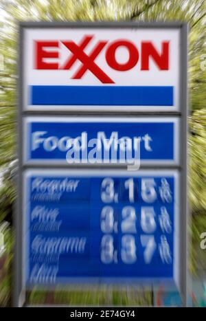 A sign shows the price of gas at an Exxon gas station in Portland, Oregon April 26, 2007. Exxon Mobil Corp said on Thursday its first-quarter earnings rose over 10 percent as higher profits from its refining and chemical units outweighed lower oil and gas prices. The photo was made with a lens zoom effect.   REUTERS/Richard Clement (UNITED STATES)