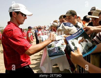 Mike Weir de Canadá firma autógrafos después de su ronda de prácticas para el Campeonato Abierto Británico en el Royal Liverpool Golf Club en Hoylake 18 de julio de 2006. REUTERS/Robert Galbraith (REINO UNIDO)