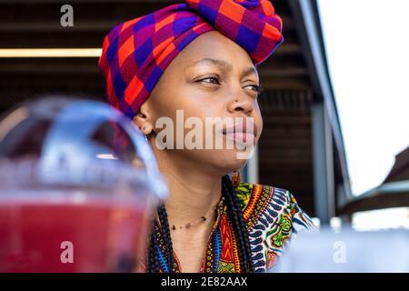 Primer plano retrato de una mujer africana pensiva mirando algo al aire libre