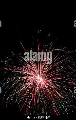 Vista de un hermoso despliegue de fuegos artificiales en la víspera de año Nuevo