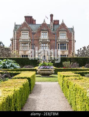 Reino Unido, Norfolk, Sandringham Estate, 2019, abril de 23: Detalle de la casa y el jardín de la elevación del norte, Sandringham House, la reina Isabel II país resi