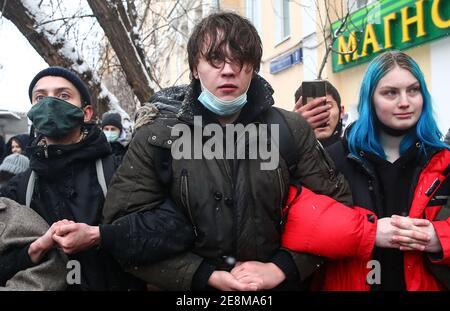 Moscú, Rusia. 31 de enero de 2021. La gente participa en una manifestación no autorizada en apoyo del activista de la oposición rusa Alexei Navalny cerca del centro de detención preventiva Matrosskaya Tishina. En relación con las convocatorias de protestas, el movimiento de peatones y el transporte público han sido restringidos en el centro de Moscú. El acceso a varias estaciones del Metro de Moscú ha sido cerrado temporalmente, con trenes que pasan sin parar. Crédito: Valery Sharifulin/TASS/Alamy Live News