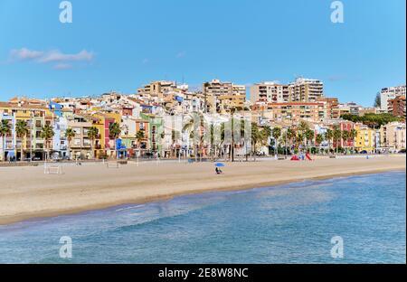 Vista panorámica de la costa y la Vila Joiosa Villajoyosa turística vista del paisaje de la ciudad desde arriba, playa de arena y mar mediterráneo