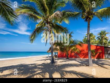 Casa roja en la playa en lo de Marcos en la costa pacífica de Nayarit, México.