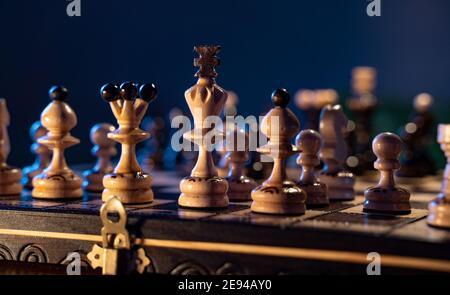 Tablero de ajedrez con piezas de ajedrez sobre fondo azul. Concepto de ideas de negocios e ideas de competencia y estrategia.